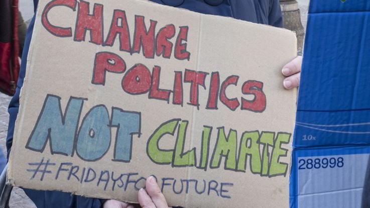 Aumentano gli italiani che non credono al cambiamento climatico: 11 milioni sono scettici