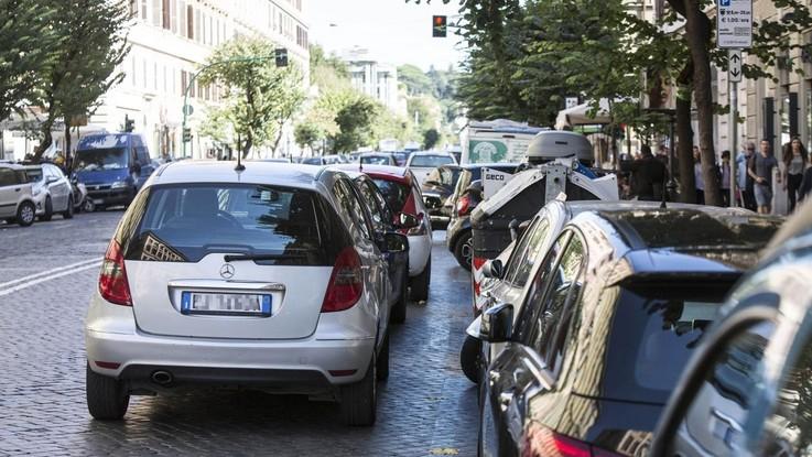 Roma, guerra alla sosta selvaggia: 10 persone a processo per doppia fila