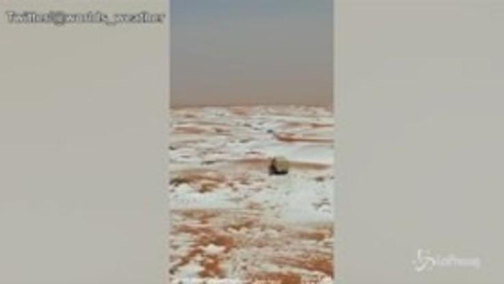Grandine nel deserto: la distesa dell'Arabia Saudita diventa bianca