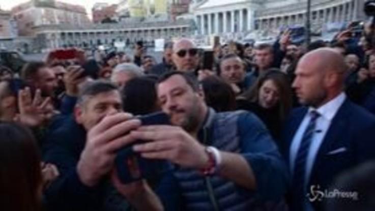 Salvini in Prefettura a Napoli tra selfie e contestazioni