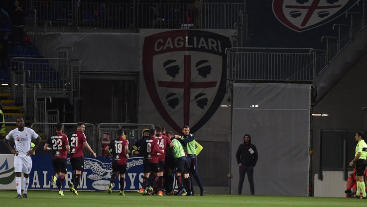 """Tifoso del Cagliari ha un infarto allo stadio, cori choc degli ultrà viola: """"Devi morire"""""""