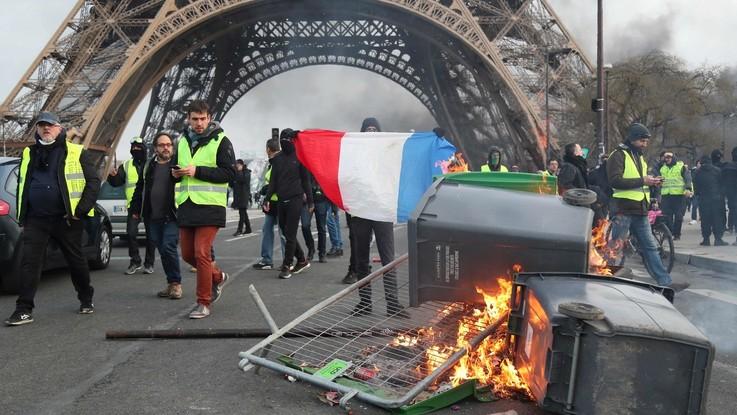 Gilet gialli, scontri con la polizia e negozi saccheggiati a Parigi