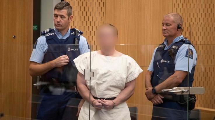 Nuova Zelanda, Tarrant fa il gesto dei suprematisti bianchi in aula