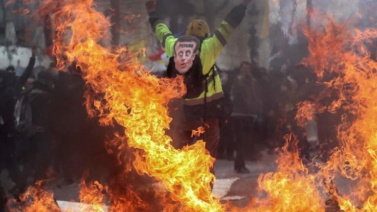 Gilet gialli, guerriglia a Parigi: palazzo dato alle fiamme, 11 feriti. Scontri con la polizia