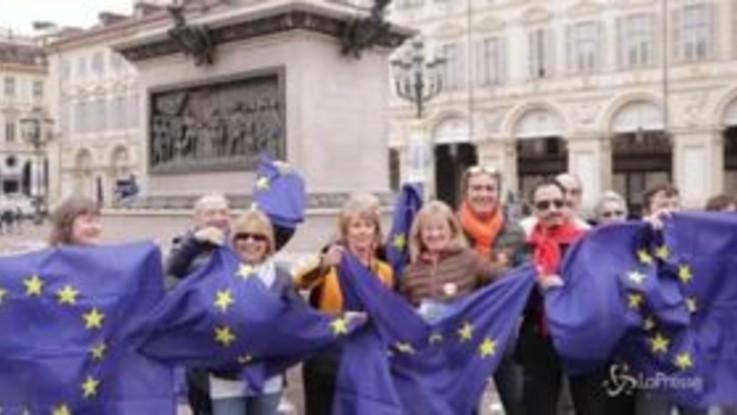Torino, il fronte Sì Tav consegna bandiere dell'Ue in piazza