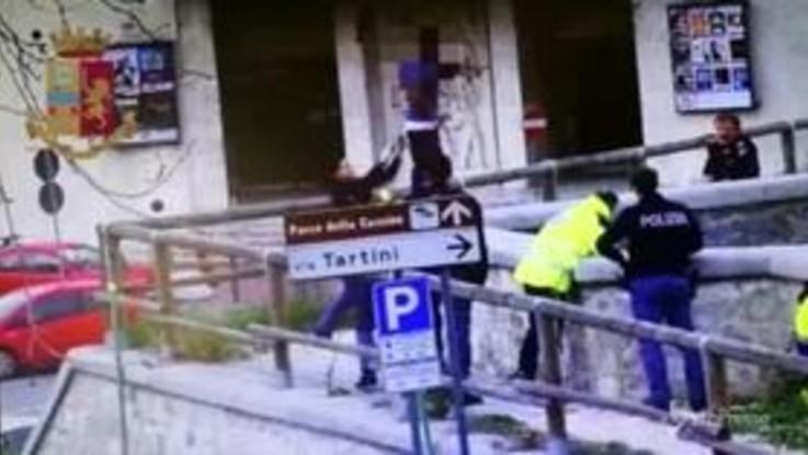 """Firenze, minaccia il suicidio dal ponte: il salvataggio """"al volo"""""""
