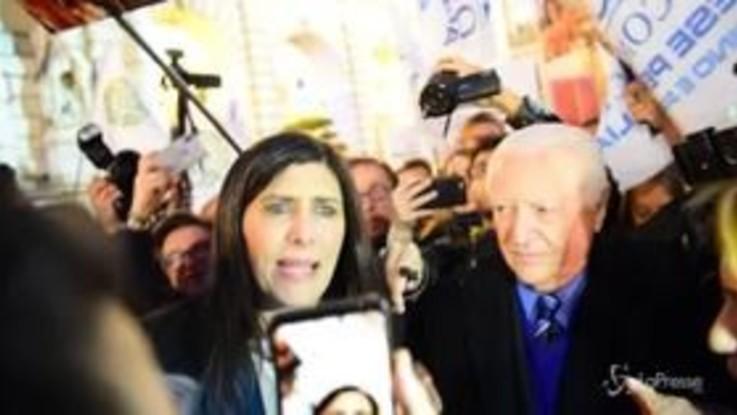 """Torino, manifestanti """"No Ztl"""" insultano sindaco Appendino: """"Criminale, vattene!"""""""