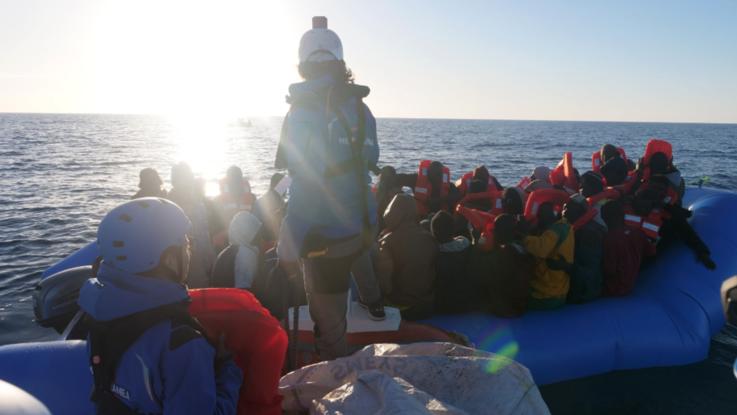 """Ong italiana salva 50 migranti e si dirige verso Lampedusa. La Gdf intima lo stop. La risposta: """"Onde di tre metri. Proseguiamo per salvarci la vita"""""""