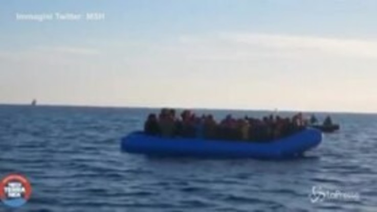 Ong italiana salva 49 migranti, il video del soccorso in mare