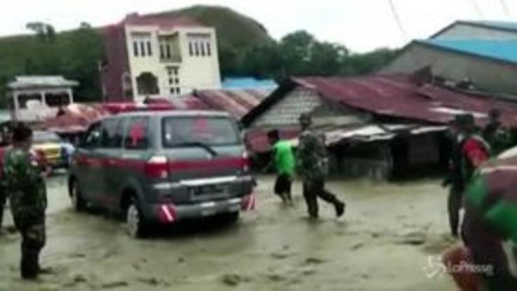 Alluvione Indonesia, i soccorsi nelle zone devastate a Papua