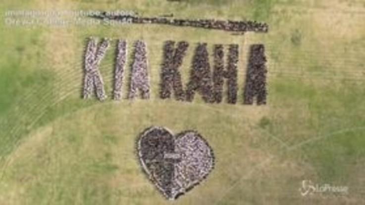 """Christchurch, """"Siate forti"""": l'impressionante flash mob in un college a Auckland"""