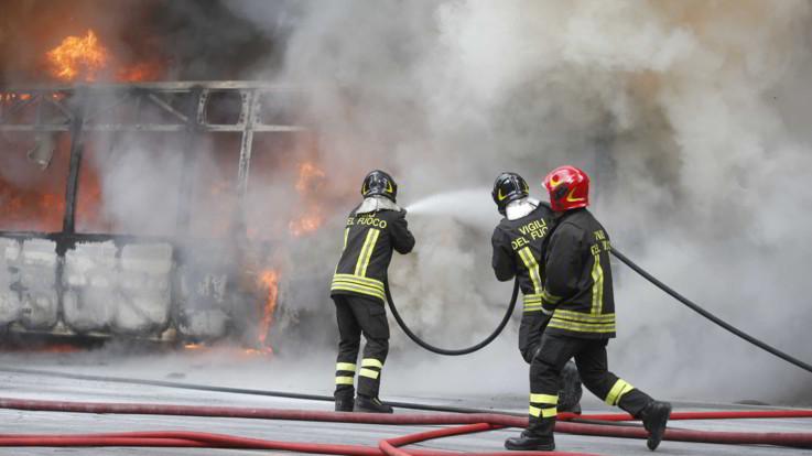 Milano, uomo dà fuoco ad un bus con una scolaresca a bordo sulla Paullese