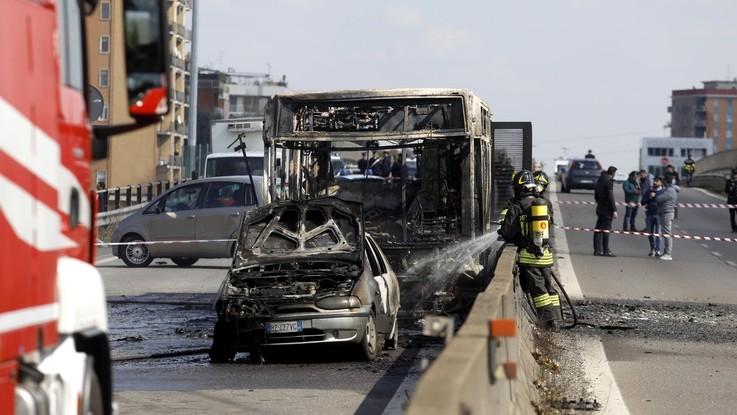 Milano, fiamme al bus carico di studenti: l'intervento di soccorritori e forze dell'ordine