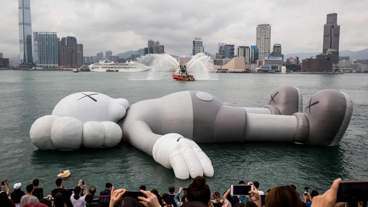 Un topo gigante nell'acqua a Hong Kong: ecco l'installazione da record di Kaws