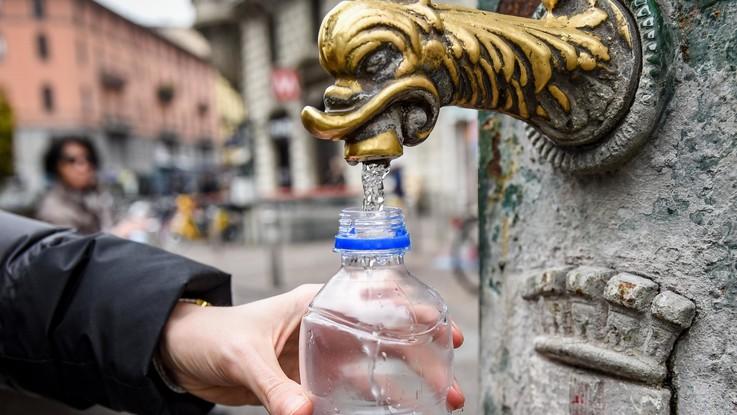 Acqua, ne consumiano 428 litri al giorno a testa. Ma la metà va dispersa