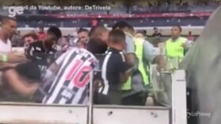 Brasile, ruba la maglietta a un bambino e scatena una lite allo stadio