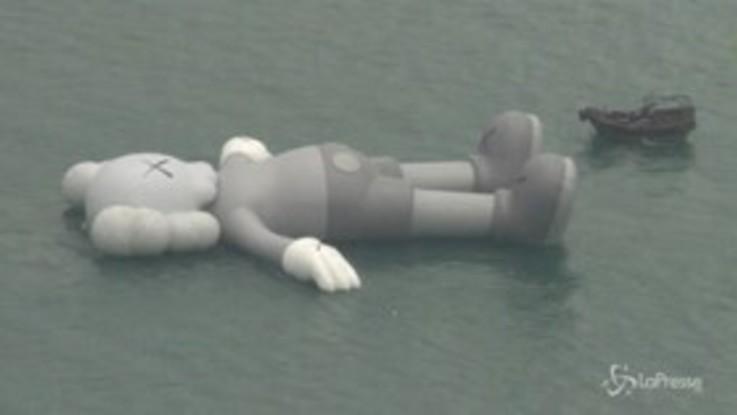 Topo gigante attracca nel porto di Hong Kong, ma è un'installazione dell'artista KAWS