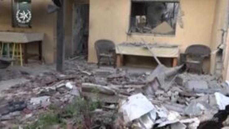 Israele, razzo partito da Gaza distrugge una casa vicino a Tel Aviv: le immagini