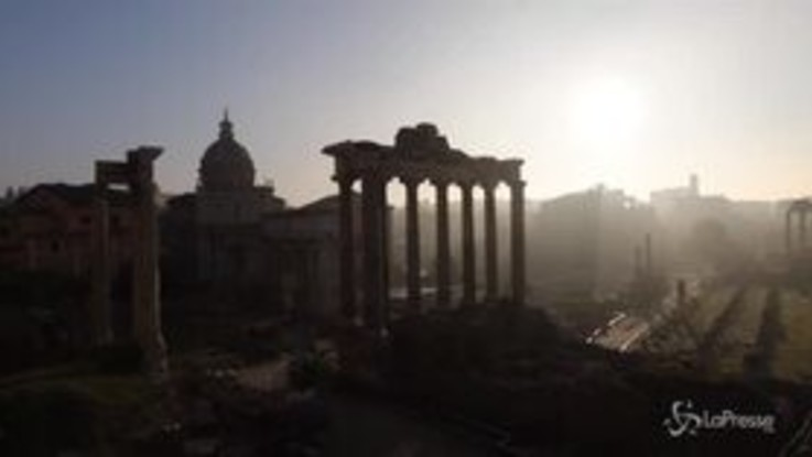 Per una volta Roma si sveglia avvolta dalla nebbia