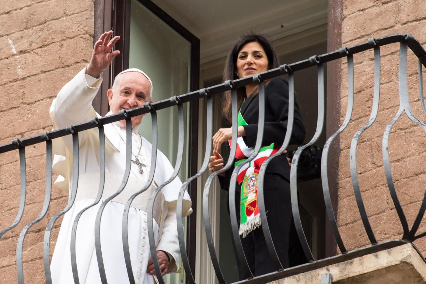 """Il Papa in Campidoglio: """"Roma organismo delicato. Serve cura"""""""