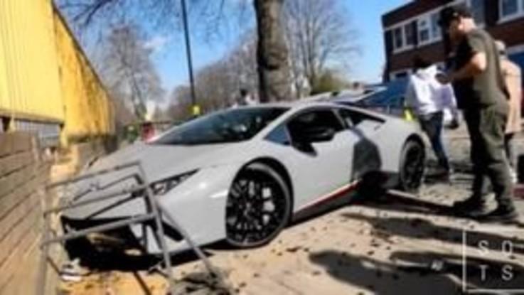 Londra, distrugge la Lamborghini da 300mila euro durante un raduno