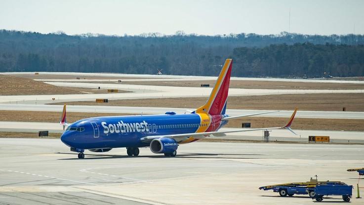 Atterraggio di emergenza per un Boeing 737 in Florida: problemi al motore