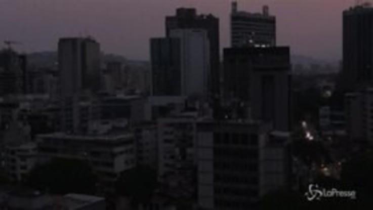 Nuovo blackout e Caracas piomba nel buio: il timelapse