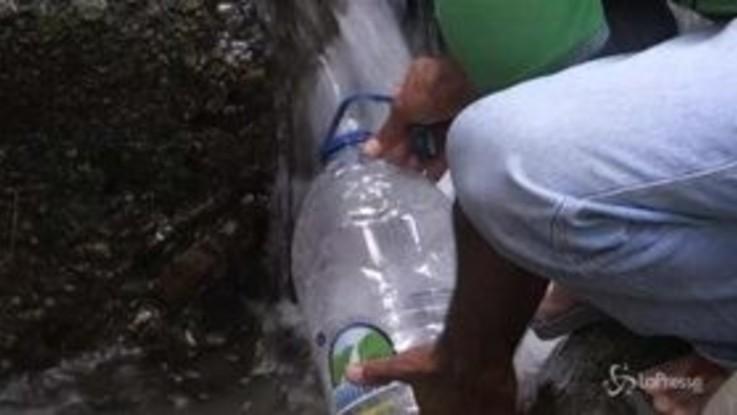 Venezuela senza luce né acqua: si fanno scorte alle fonti