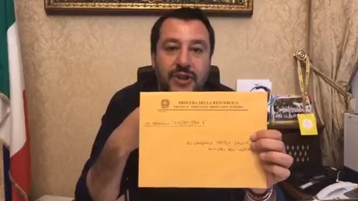 """Salvini e la busta dalla procura: """"Denunciato perché indosso la giacca della polizia"""""""