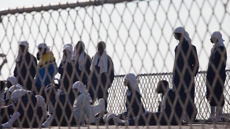 Il mercantile dirottato dai migranti è a Malta: 5 persone arrestate