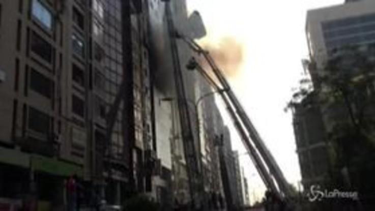 Dacca, grattacielo avvolto dalle fiamme: almeno 5 morti