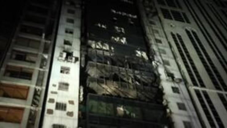 Bangladesh, lo scheletro dell'edificio in fiamme: morti e feriti