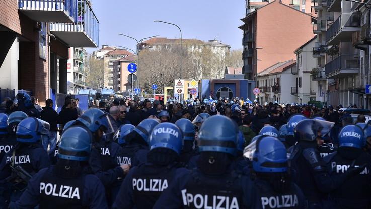 Maxi corteo degli anarchici a Torino: quattro arresti e nove denunce