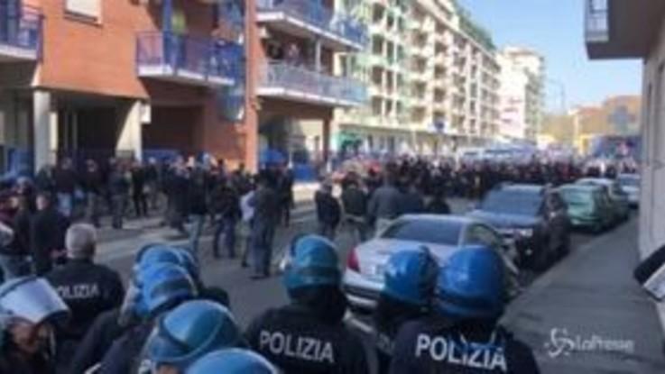 Torino, il corteo degli anarchici fermato dagli agenti di polizia
