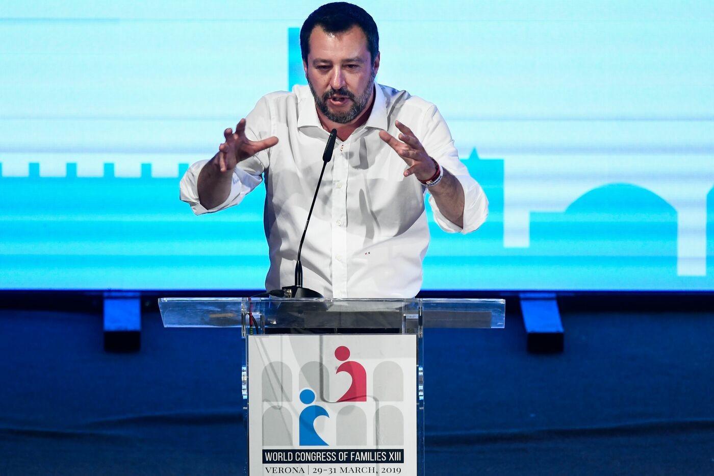 """Verona, Salvini: """"Modificare diritto di famiglia, ddl Pillon punto di partenza"""". Scontro a distanza con Di Maio sulle adozioni"""