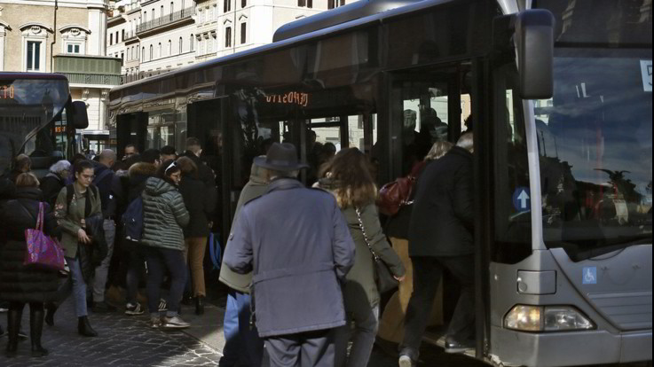 Roma, insulti e botte agli stranieri sul bus: fermata baby gang