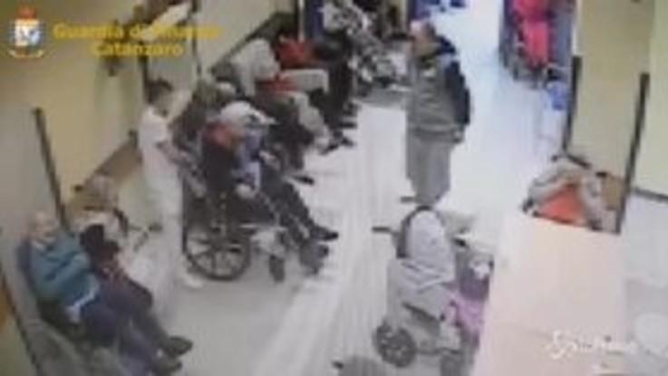 Catanzaro, maltrattamenti in casa di riposo: due arresti e 16 indagati