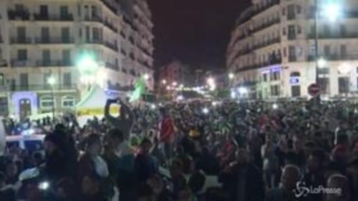 Algeria, festa in strada per le dimissioni di Bouteflika