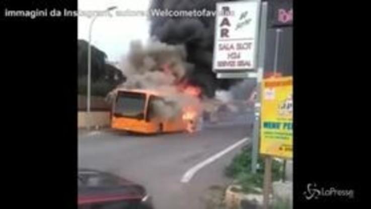 Autobus in fiamme, tragedia sfiorata per i bambini di Setteville Nord