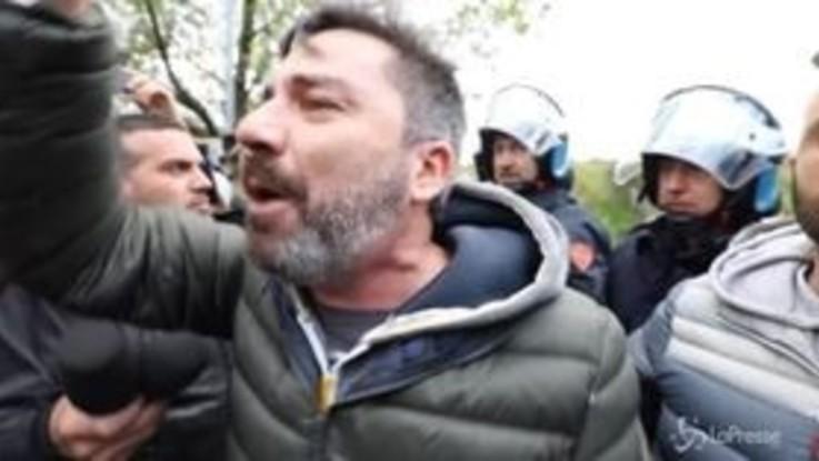 Torre Maura, manifestanti anti-rom bloccano volontari con pane