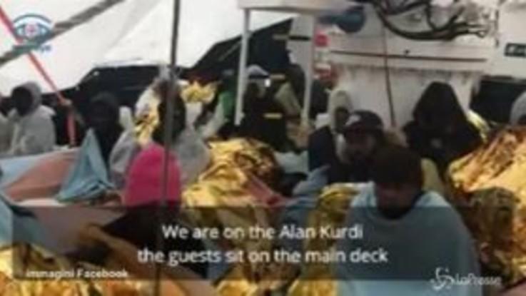 Vento e pioggia sui migranti: le immagini a bordo della nave Alan Kurdi