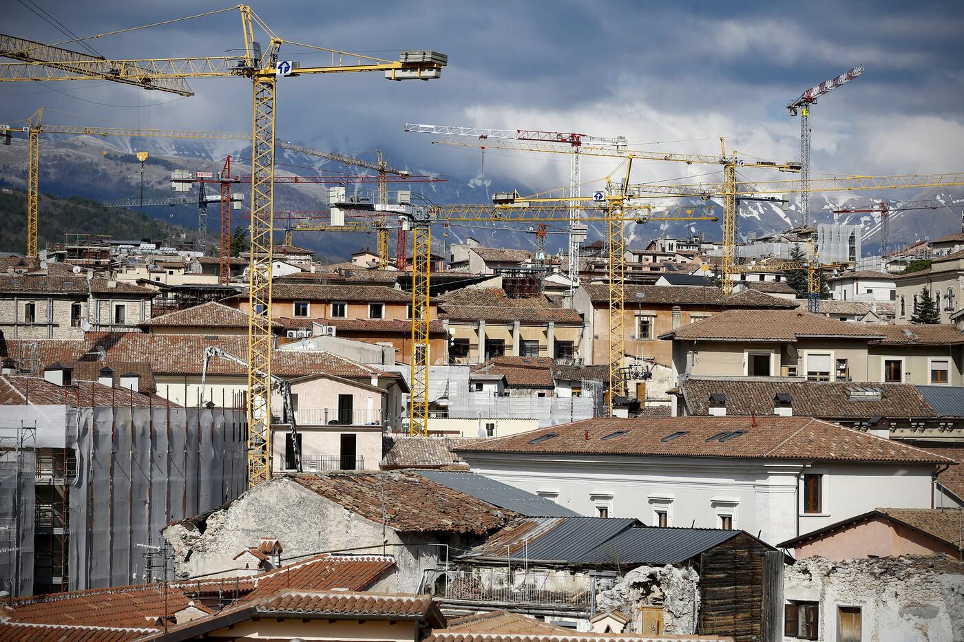 L'Aquila, dieci anni dal terremoto. Alla fiaccolata anche il premier Conte