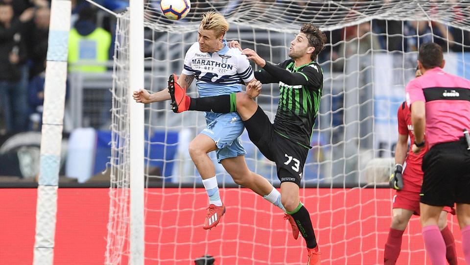 Patric (Lazio) e Manuel Locatelli (Sassuolo) ©
