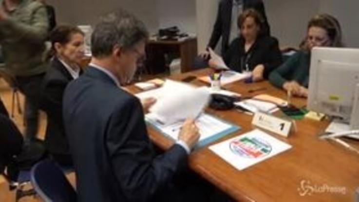 """Europee, Fontana deposita simbolo Forza Italia: """"Berlusconi giocherà ruolo decisivo per cambiare Ue"""""""