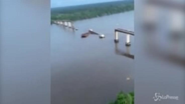 Brasile, il traghetto sbatte contro il ponte: le terribili immagini del crollo