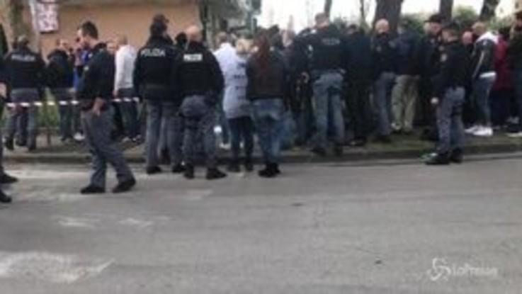 Napoli, agguato davanti a una scuola: un morto e un ferito. Illeso il nipotino della vittima