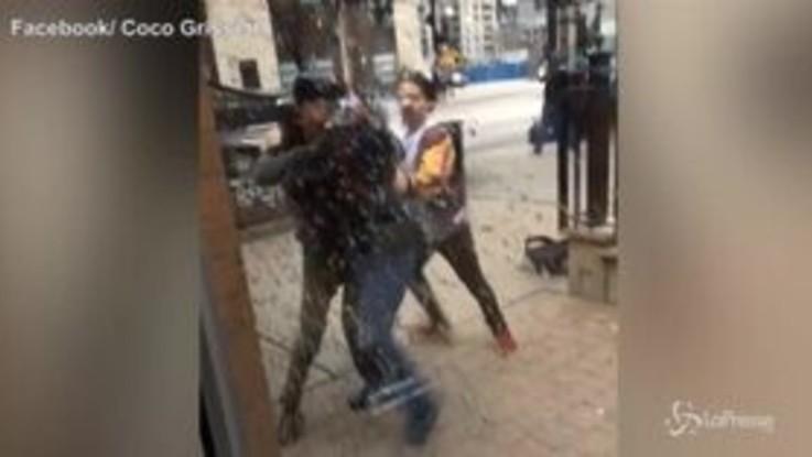 Chicago, guardia aggredita davanti a un McDonald: panico nel locale