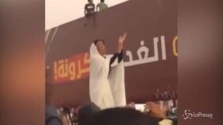 Sudan, la signora in bianco che canta per la rivoluzione