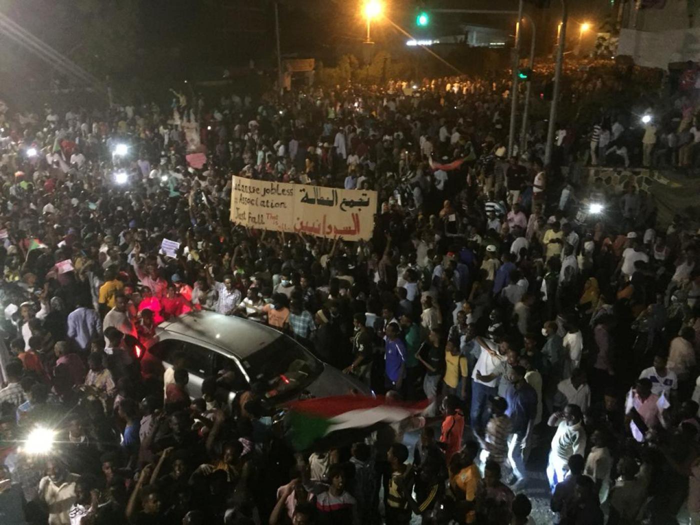 Sudan, colpo di Stato in atto. Al-Bashir destituito e arrestato. Esercito annuncia governo di transizione