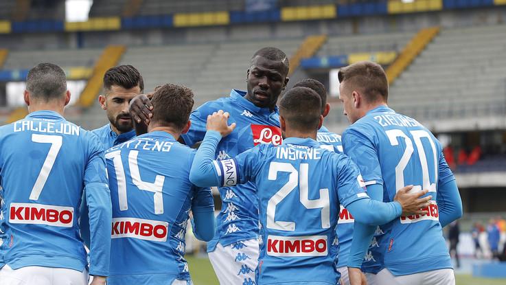 Serie A, Napoli spedisce Chievo in B e rimanda festa scudetto Juve